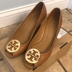 Tory Burch tan wedge peep-toe pumps - size 8.5